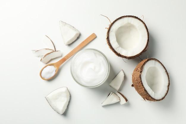 Kokos i kosmetyki białe, widok z góry
