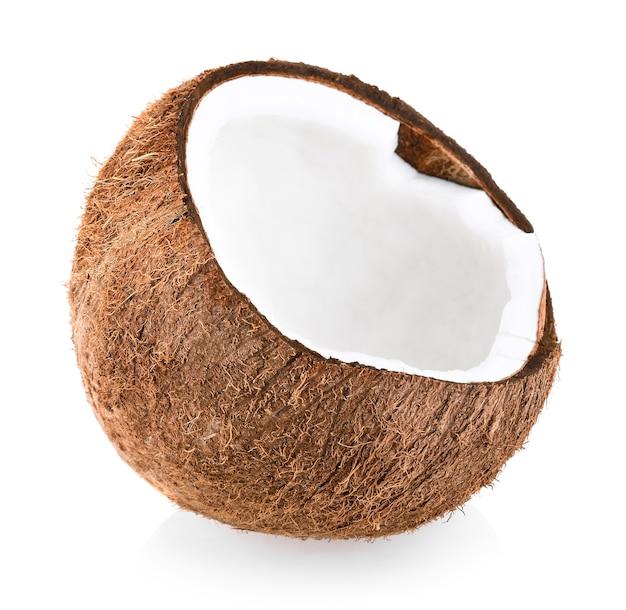 Kokos pół na białym tle. kokos biały. izolat kokosowy