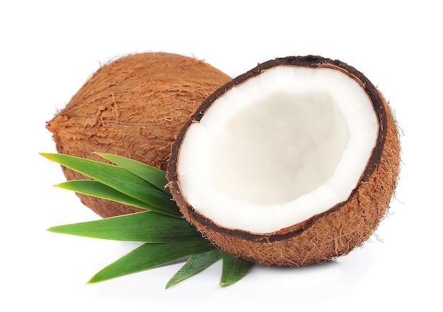Kokos z liśćmi na białym