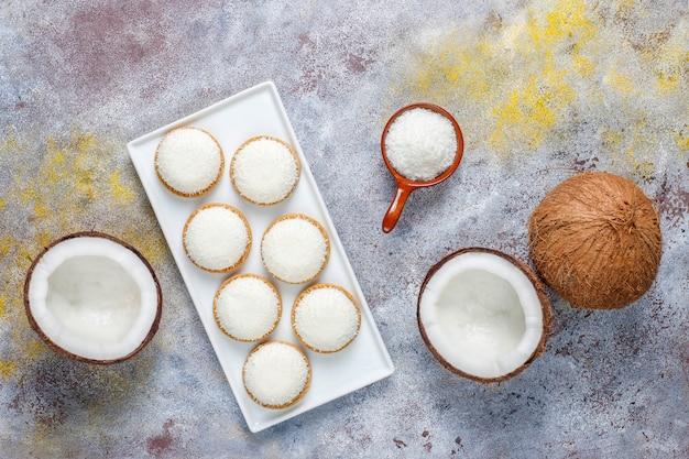 Kokosowe ciasteczka ptasie mleczko z pół kokosem, widok z góry