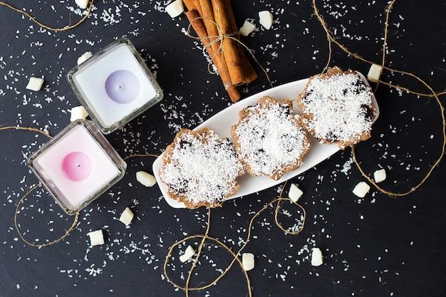 Kokosowi muffins na czarnym tle
