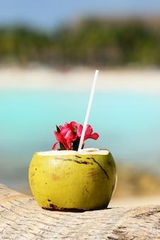 Kokosowy koktajl na plaży