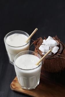 Kokosowy koktajl ze słomką. napój tropikalny