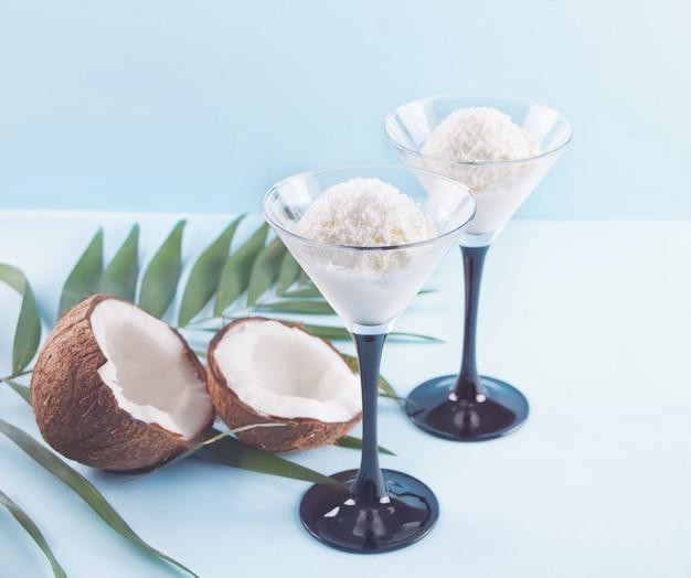 Kokosowy lody na błękitnym tle z palmowym liściem i koksem