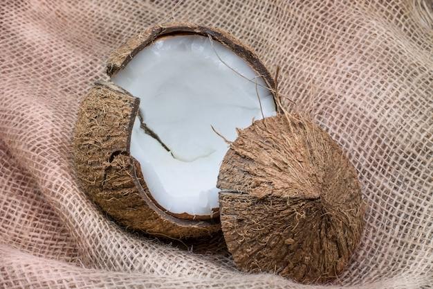 Kokosowy świeży kokos na teksturowanym brązowym tle koncepcja zdrowej żywności
