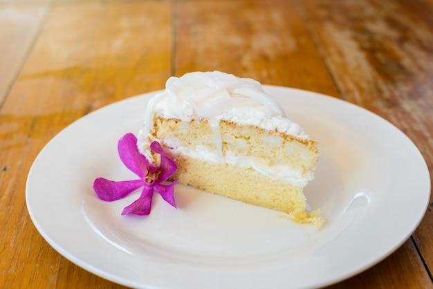Kokosowy tort na bielu talerzu