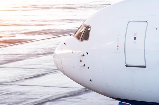 Kokpit samolotu pasażerskiego widebody z drzwiami wejściowymi i wyjściowymi, widok z boku.