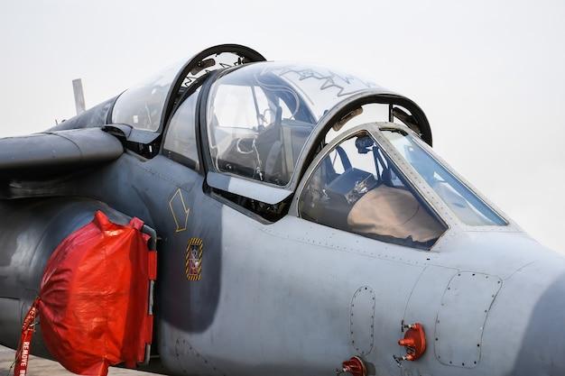 Kokpit wojskowego myśliwca zaparkowanego w lotnictwie.