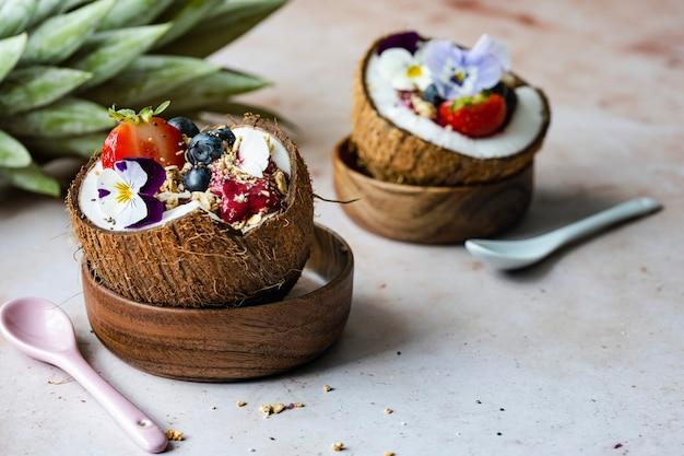 Koktajl acai w łupinach orzecha kokosowego