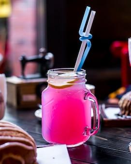 Koktajl alkoholowy cytryna widok z boku