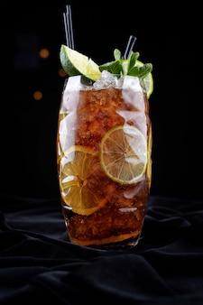 Koktajl alkoholowy, koszulka lodowa long island, na czarnym aksamicie, na czarnym tle