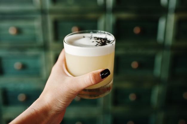 Koktajl alkoholowy w szkle na rękę barmana
