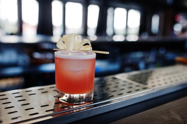 Koktajl alkoholowy z ananasem przy stole barowym