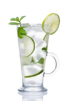 Koktajl alkoholowy z lodem, limonką i miętą na białym tle