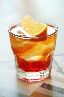 Koktajl alkoholowy z plastrami pomarańczy