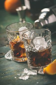 Koktajl alkoholowy ze skórką pomarańczową i lodem