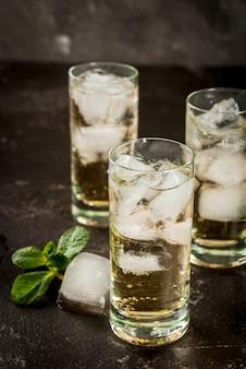 Koktajl alkoholowy ze złotą tequilą
