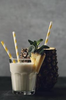 Koktajl ananasowy ze słomką. napój tropikalny