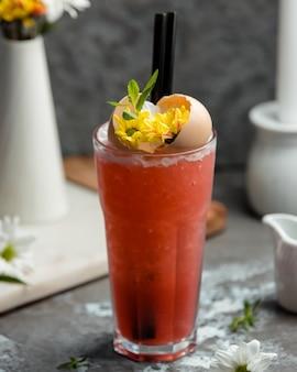 Koktajl arbuza na stole