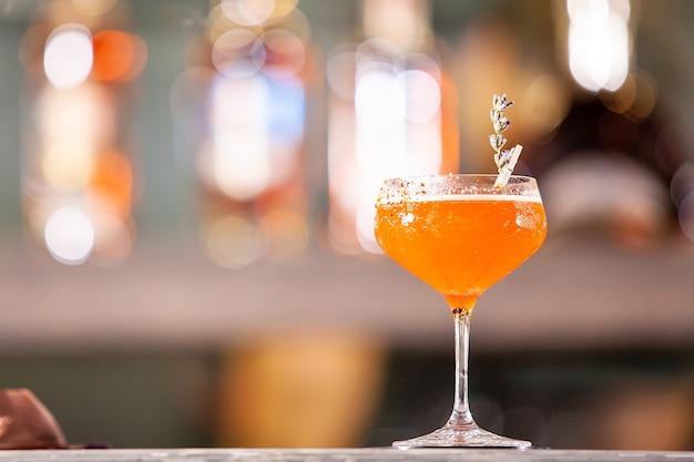 Koktajl biblioteczny na blacie w barze. napój relaksacyjny