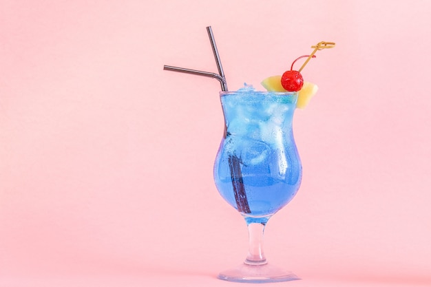 Koktajl blue curacao ozdobiony owocami