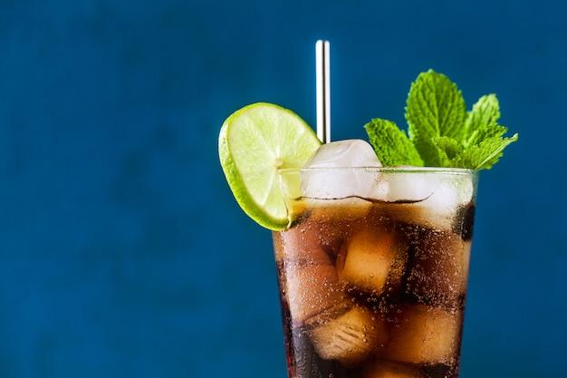Koktajl coca coke w wysokiej szklance kuby libre. orzeźwiający letni napój