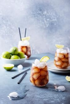 Koktajl cuba libre z rumem, limonką i colą