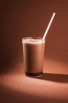 Koktajl czekoladowy lub mleczny koktajl czekoladowy na zimno
