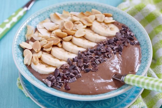 Koktajl czekoladowy z masłem orzechowym z polewą bananowo-orzechową