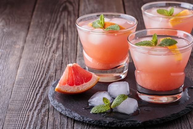 Koktajl grejpfrutowy z lodem i miętą