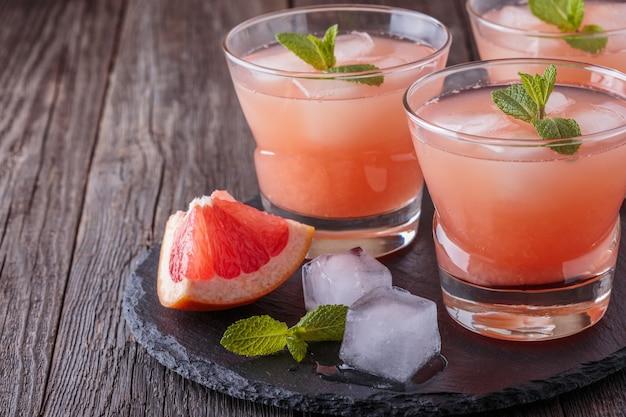 Koktajl grejpfrutowy z lodem i miętą.