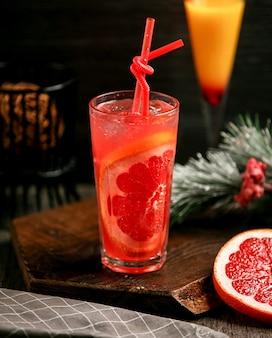 Koktajl grejpfrutowy z lodem na stole _