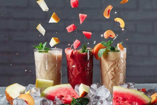 Koktajl jagodowy z opadającymi kawałkami owoców.