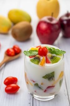 Koktajl jogurtowy owocowy w szkle.
