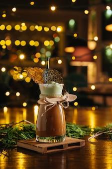Koktajl kawowy i lody na stole w restauracji