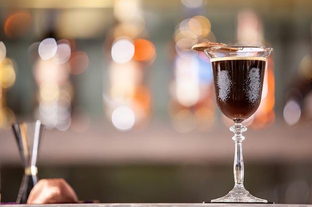 Koktajl kawowy na luksusowym blacie barowym. napój z mieszanką świeżości