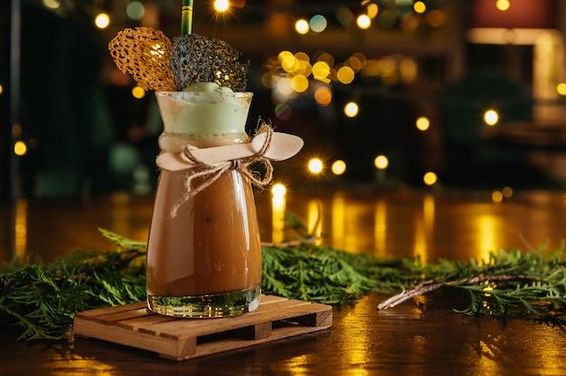 Koktajl kawowy z likierem i lodami na stole w restauracji