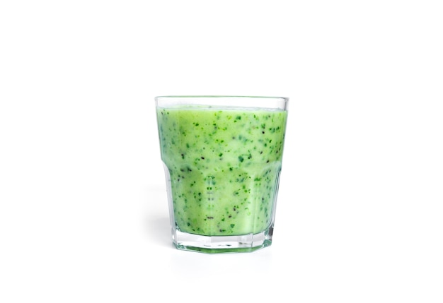 Koktajl kiwi i szpinaku na białym tle. szklanka z zielonym smoothie.