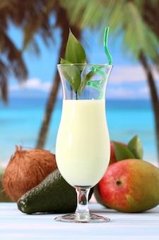 Koktajl kokosowy na plaży