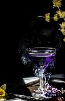 Koktajl lawendowy na ciemnym i nastrojowym tle