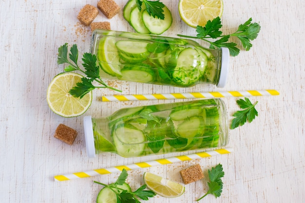 Koktajl limonka, mięta, ogórek w szklanych butelkach