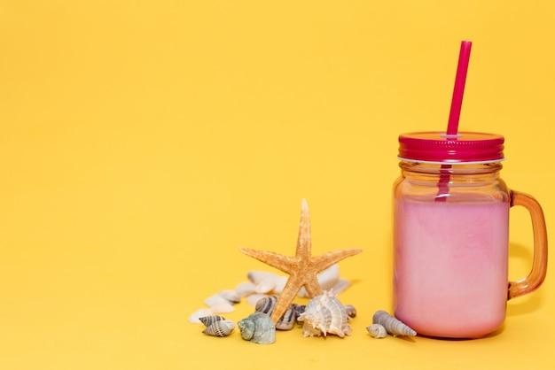 Koktajl lub lemoniada w butelce w pobliżu rozgwiazdy. copyspace