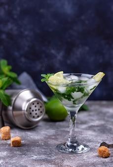 Koktajl martini z limonką i miętą