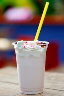 Koktajl mleczny ozdobiony wyrobami cukierniczymi