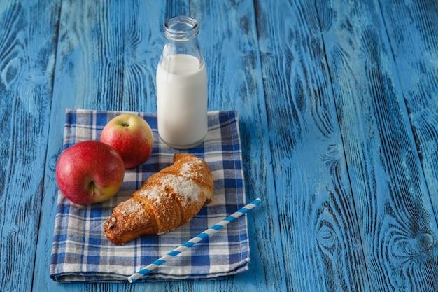 Koktajl mleczny z kruszonką z jabłkami