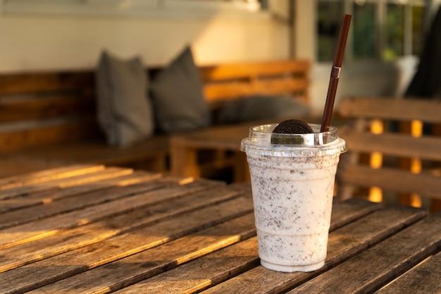 Koktajl mleczny z lodami i ciasteczkami oreo. chłodny i odświeżający w upalny dzień