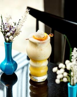 Koktajl mleczny z lodami na stole