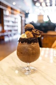 Koktajl mleczny z mrożonej czekolady