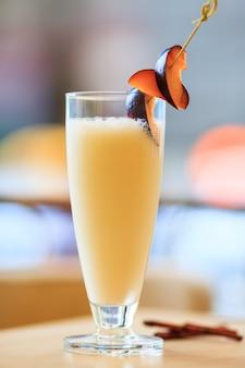 Koktajl mleczny ze świeżymi śliwkami