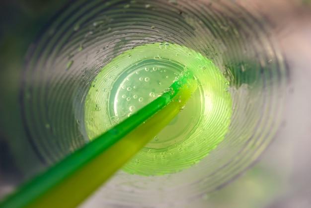 Koktajl mojito w szklance, wewnątrz plastikowego szkła z bliska.